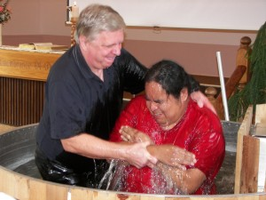 Alec Niemi baptizes a First Nations believer